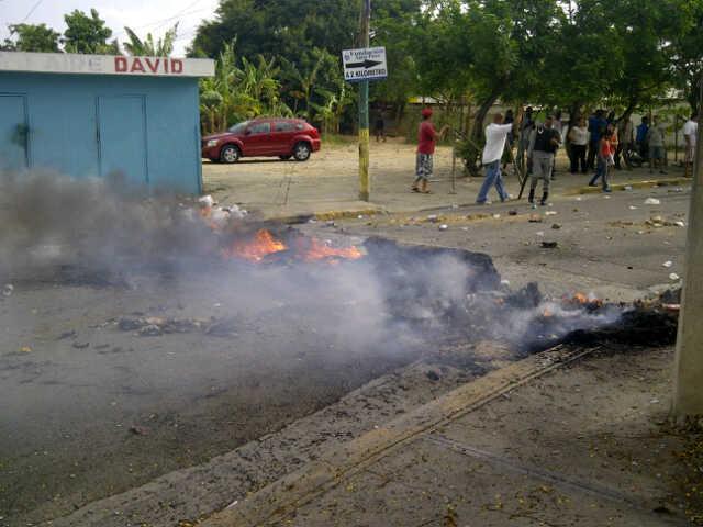 Protestan en sector de Moca por la falta de agua, arreglo de calles y otros servicios