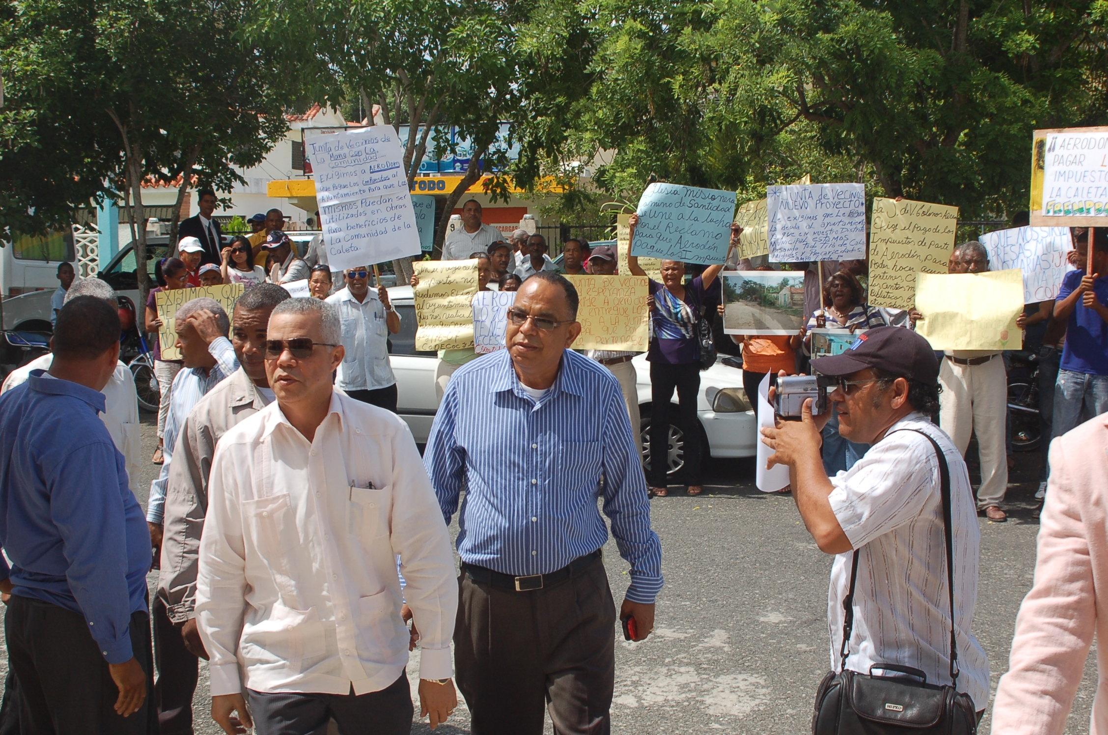 Comunidad de La Caleta reclama deuda millonaria a AERODOM
