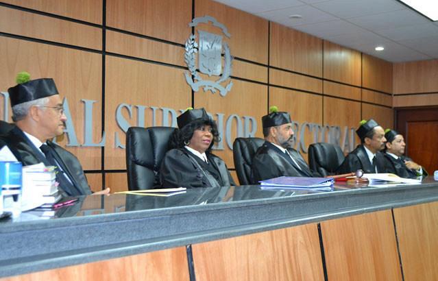 Jueces TSE entran en receso; deliberan caso conflicto PRD
