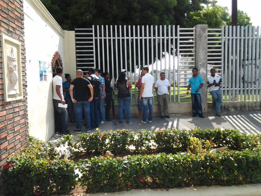 Estudiantes UASD hacen paradas cívicas en protesta por expulsión de bachilleres y aumento de servicios