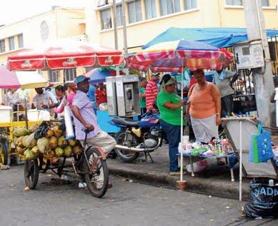 Desalojan buhoneros de la Plaza Artesanal en La Romana