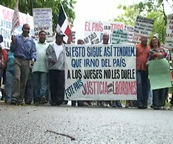 Marchan en contra de los haitianos indocumentados en la zona sur de Santiago