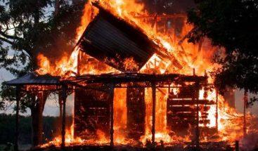 Fuego arrasa con tres viviendas en Santiago
