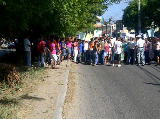 Varias comunidades en Santiago protestan por mal estado de las calles y apagones