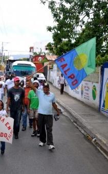 Decenas de personas marchan desde Salcedo hacia el Palacio Nacional en reclamo de justicia