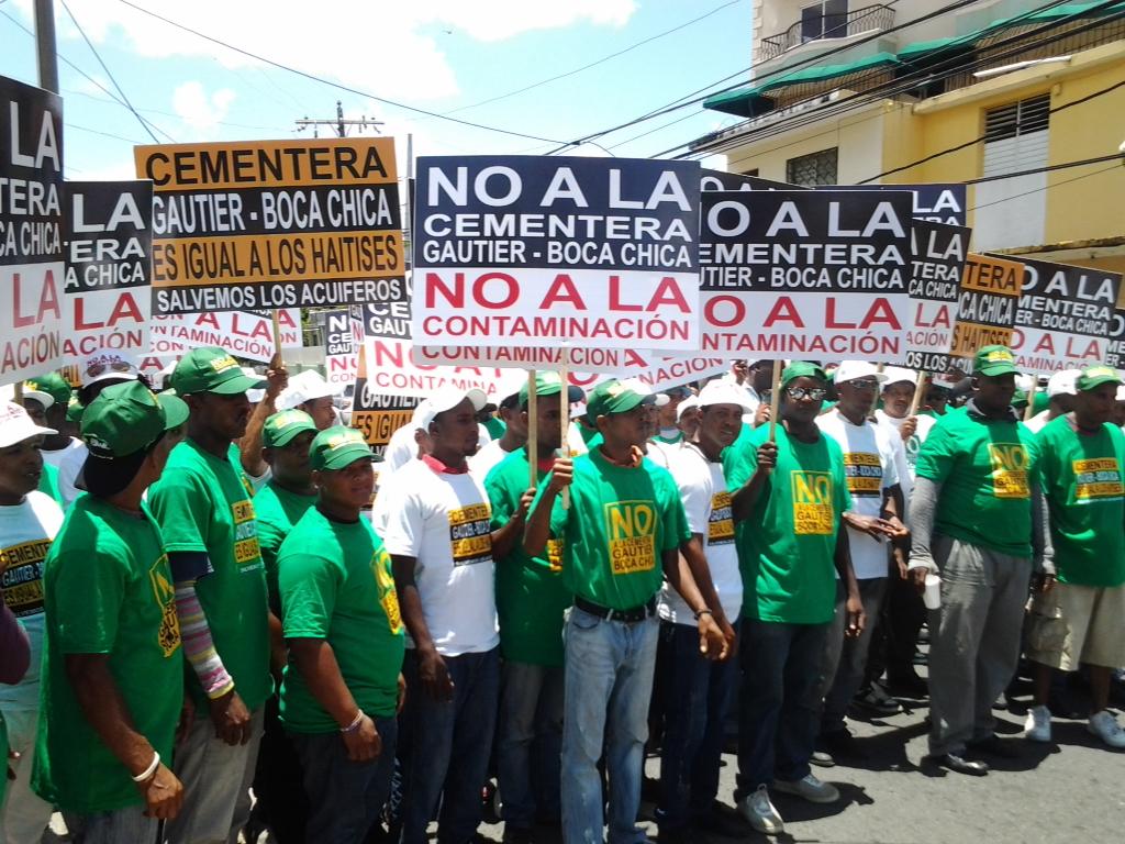 Parceleros de SPM protestan frente al Palacio Nacional por construcción de cementera