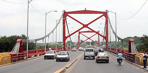 Con bombas lacrimógenas dispersan choferes bloquearon puente en Santiago