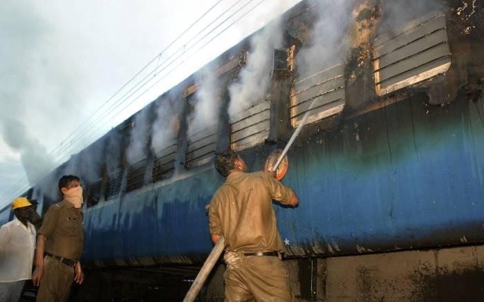Al menos 35 muertos al incendiarse un tren en el sur de la India