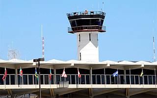 Permanecen cancelados algunos vuelos en el AILA