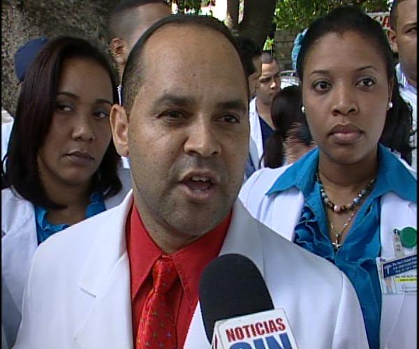 Médicos y pacientes del hospital Luis Eduardo Aybar protestan ante carencias