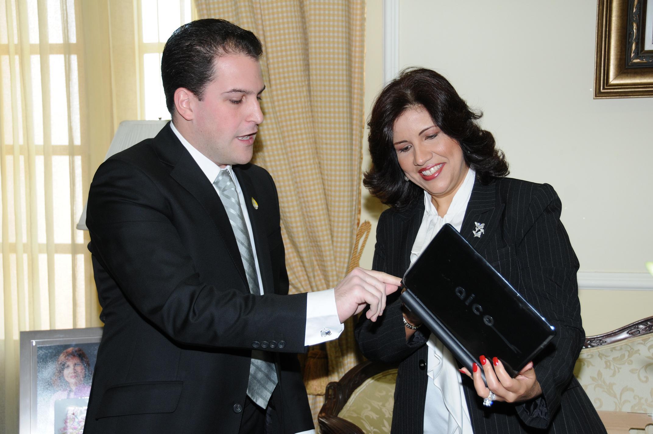Vicepresidenta recibe en su despacho al creador de la primera Laptop dominicana