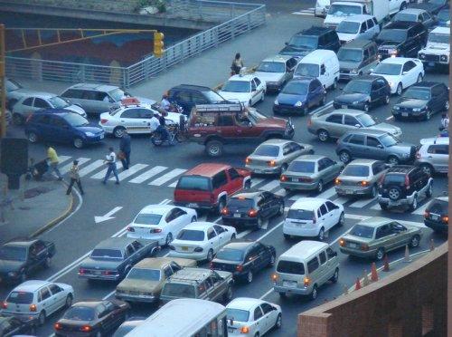 Paralizan tránsito en la 27 de Febrero exigiendo puente peatonal