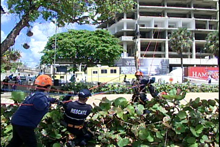 Bomberos realizan simulacro educativo en Plaza Güibia de esta capital