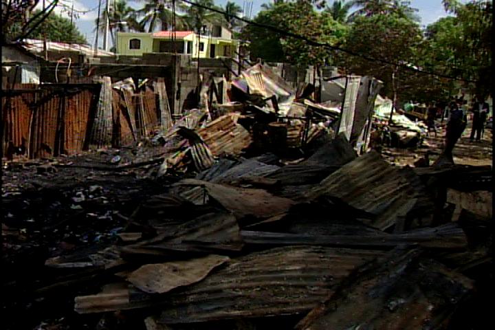 Incendio reduce a cenizas 7 viviendas en Manoguayabo