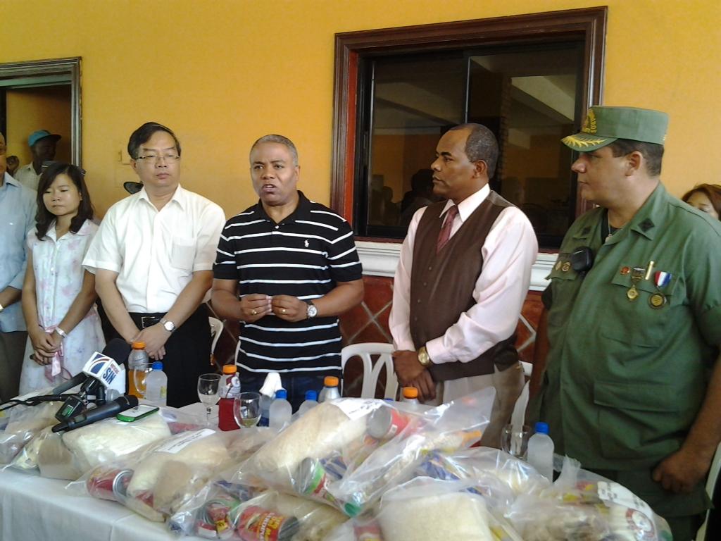 Embajada de Taiwán entrega alimentos a afectados de Isaac en SDN