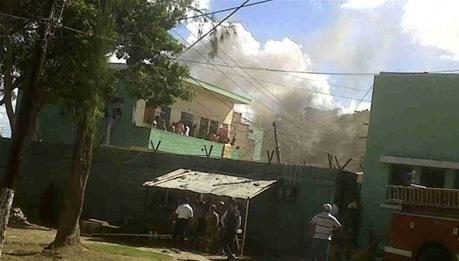 Reclusos provocan incendio en cárcel de La Romana