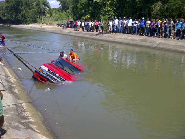 Muere comerciante al caer vehículo en canal
