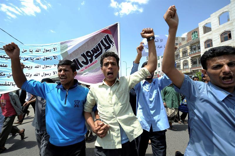 Manifestantes se enfrentan a la policía frente a embajada de EE.UU. en el Yemen