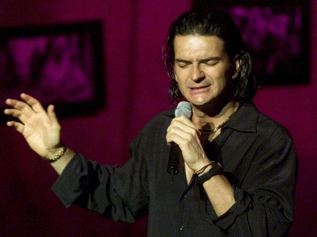 Ricardo Arjona canta para escuela de su fundación en Guatemala