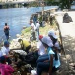 Empresas de zonas francas donan ropa y calzado a barrios que bordean el Ozama