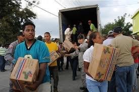 Reparto de canastas navideñas termina con forcejeos en San Juan