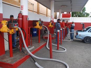 Congelan precios del GLP y el gas natural; bajarán los demás combustibles