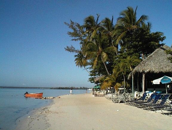 Hallan hombre degollado en playa de Boca Chica
