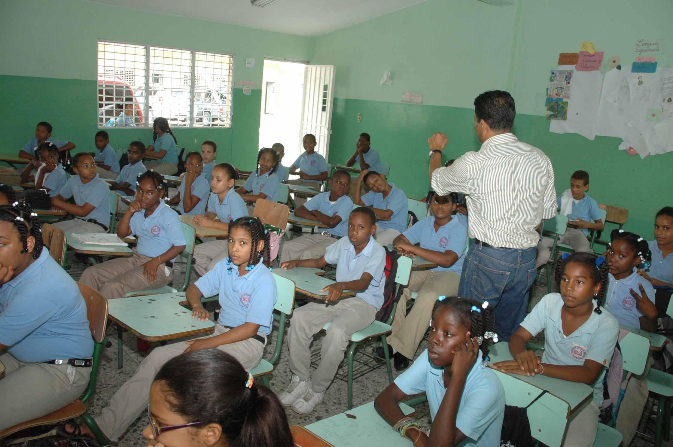 Califican como difícil situación económica de maestros en RD