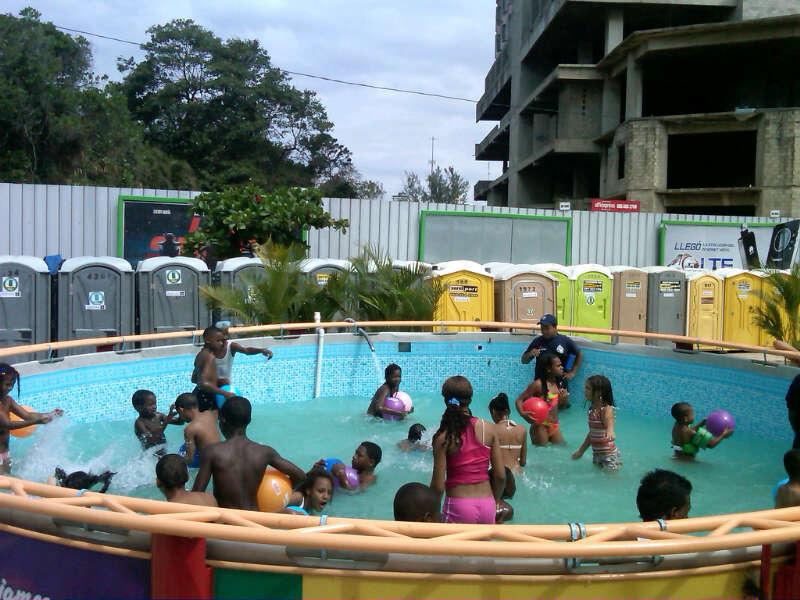 Decenas de personas disfrutan de las piscinas en el Malecón