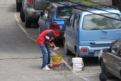 Lavaderos informales de vehículos aún ejecutan sus labores en las calles