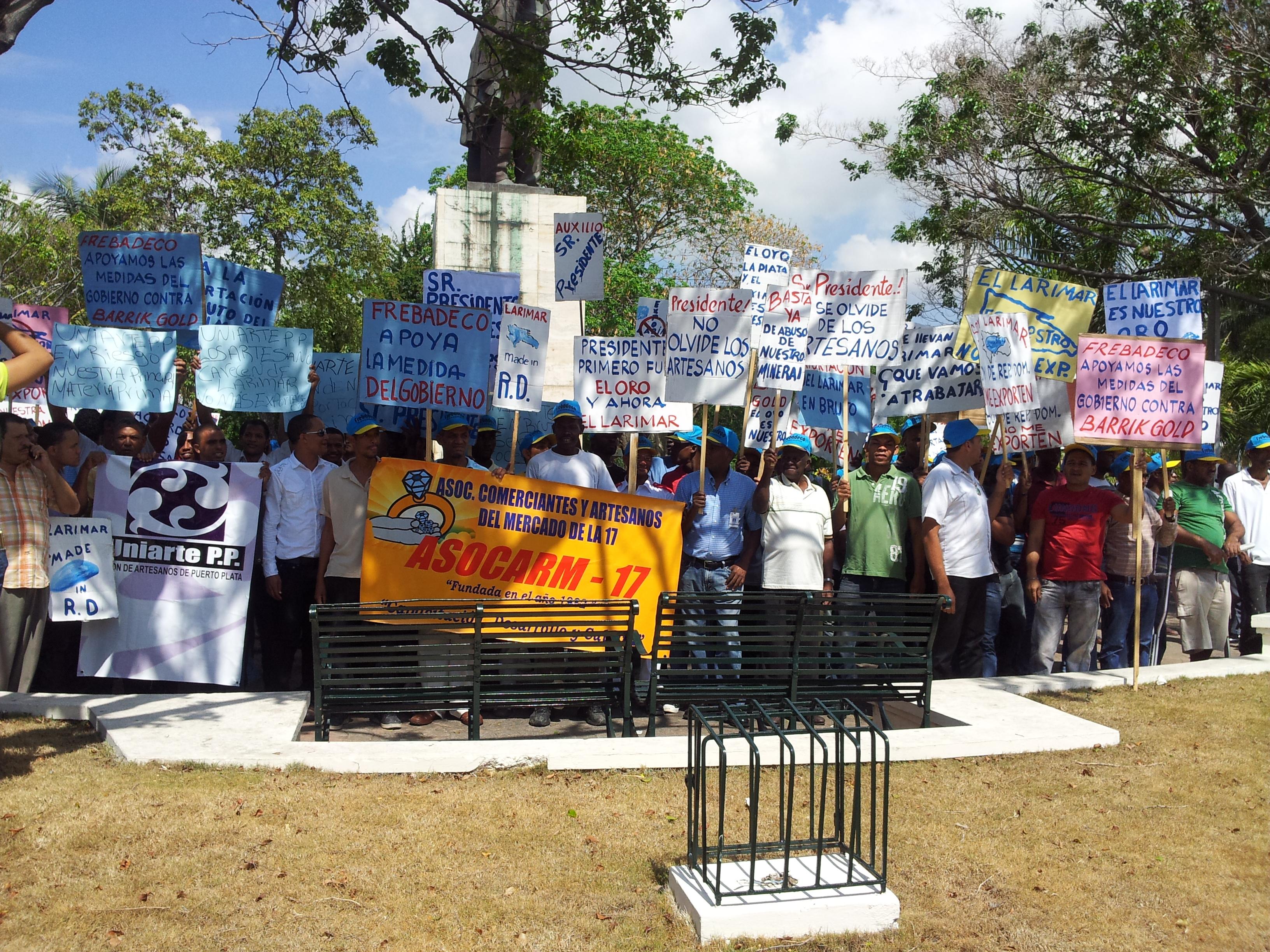 Artesanos protestan frente al Palacio por exportación de Larimar