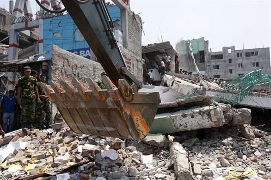Ascienden a 170 los muertos tras derrumbe de un edificio en Bangladesh