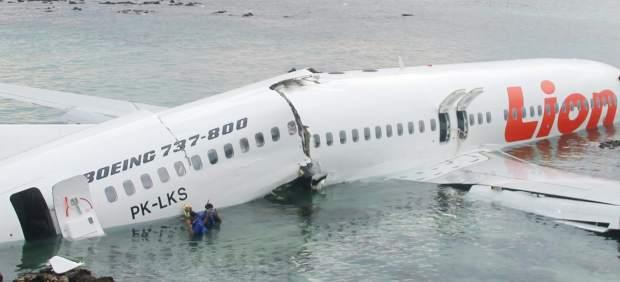 Un avión comercial cae al mar al intentar aterrizar en la isla de Bali