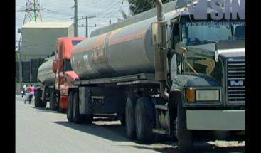 Transportistas de petróleo protestan antes Refinería por aumento salarial