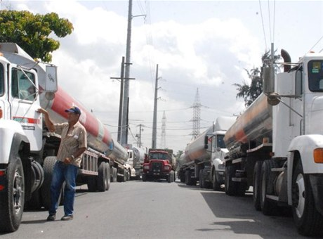 Levantan paro de transportistas por aumento salarial frente Refidomsa