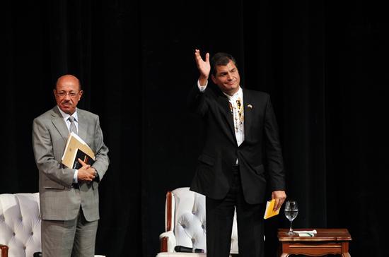 Correa presenta obra y abre Feria del Libro junto a su homólogo Medina