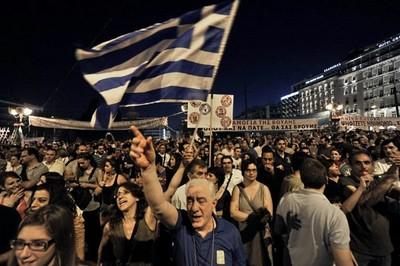 Parlamento griego aprobó el despido de 15 mil empleados públicos
