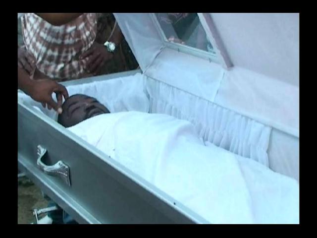 Hombre supuestamente se levanta de ataúd cuando lo iban a enterrar