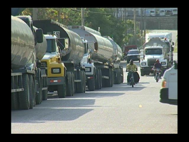 Transportistas de petróleo protestan por aumento de salarial