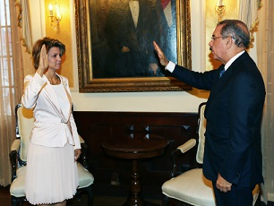 Presidente Medina juramenta a Michelle Cohen en Pro-Competencia