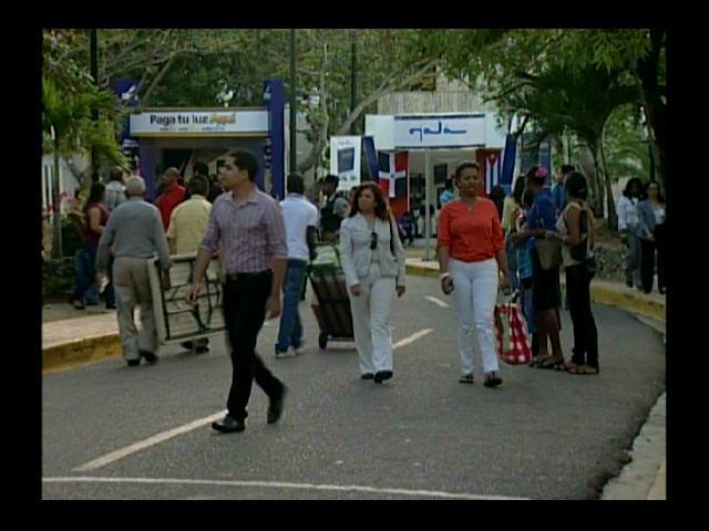 Visitantes a Feria del Libro califican de éxito el inicio del evento