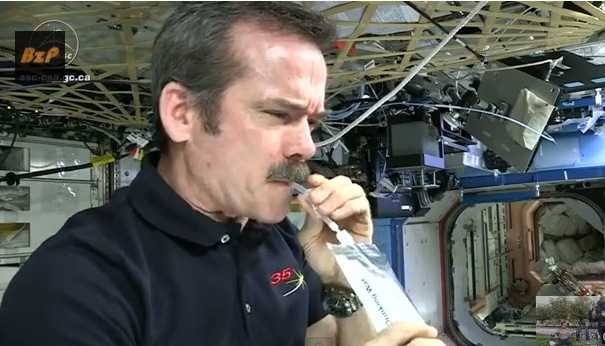 Vea cómo astronautas beben su propia orina en el espacio