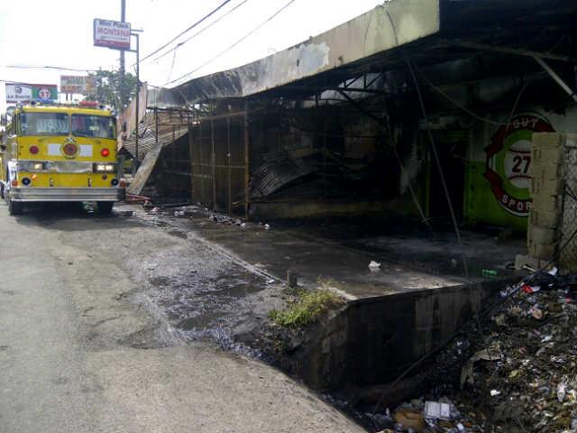 Fuego afecta tres negocios en Santiago