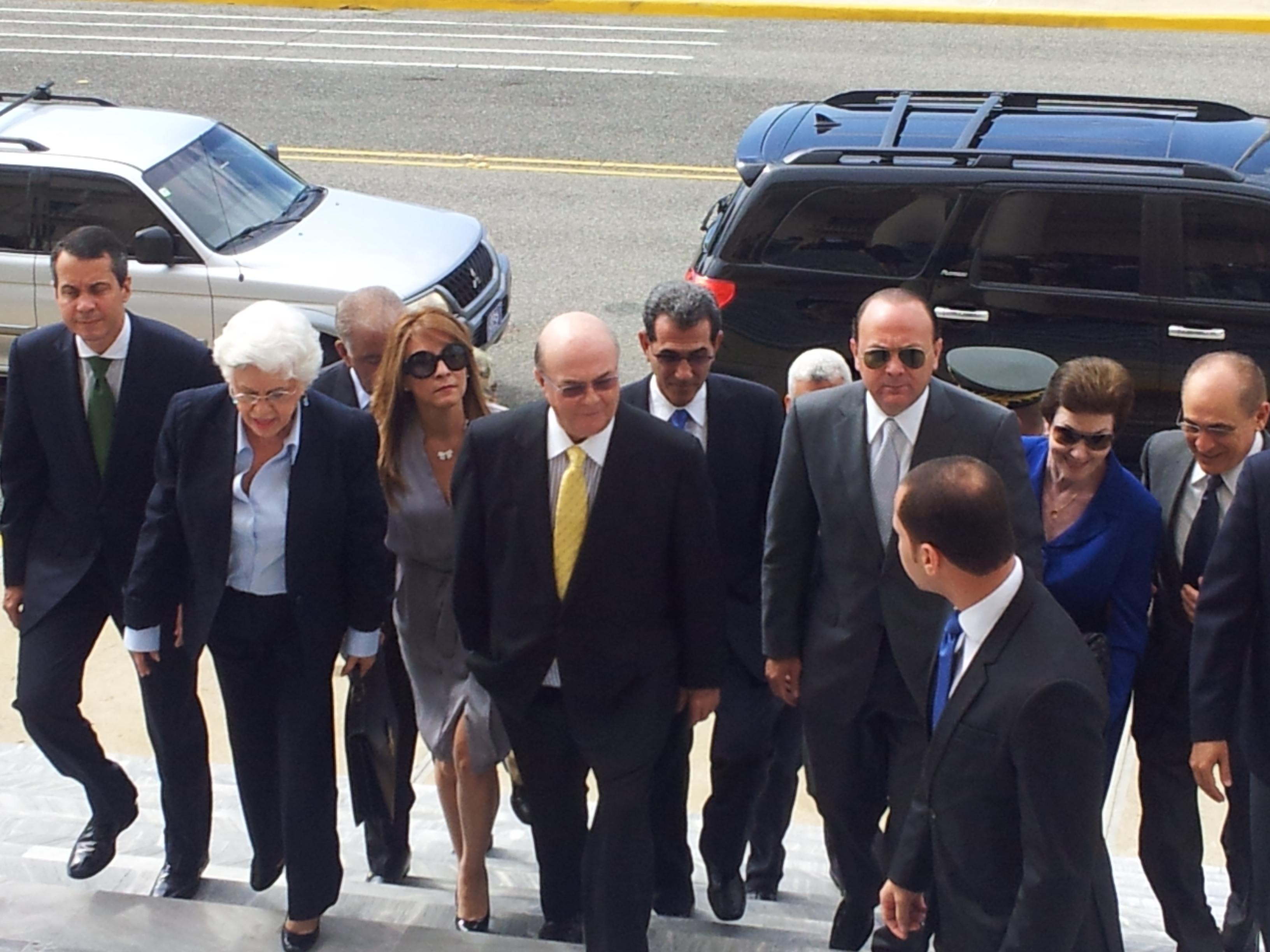 Hipólito Mejía entrega proyecto ley de partidos a presidente Medina