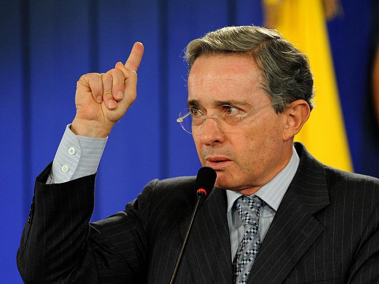 Uribe responde acusaciones Maduro al decir deben repetir elecciones