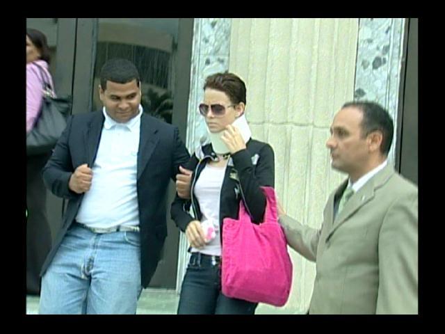Con un cuello ortopédico acude Yelitza a querellarse contra Venya