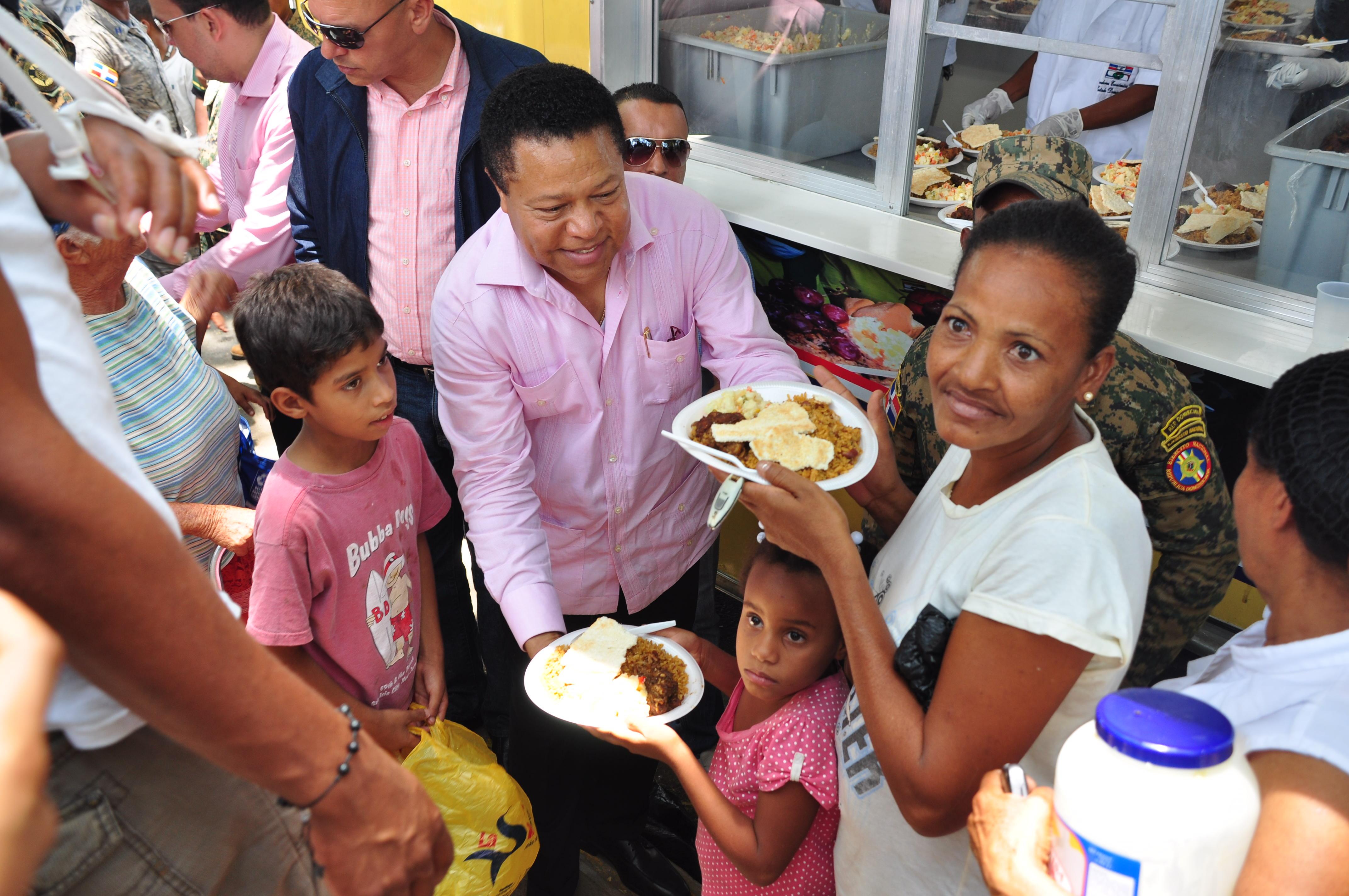 Comedores económicos llevan alimentos a sectores de Santiago