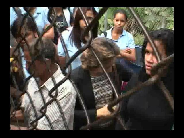Estudiantes en protesta encierran a la directora del plantel