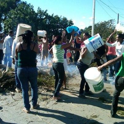 Falta de agua y apagones tienen cansados a residentes del Abanico de Herrera