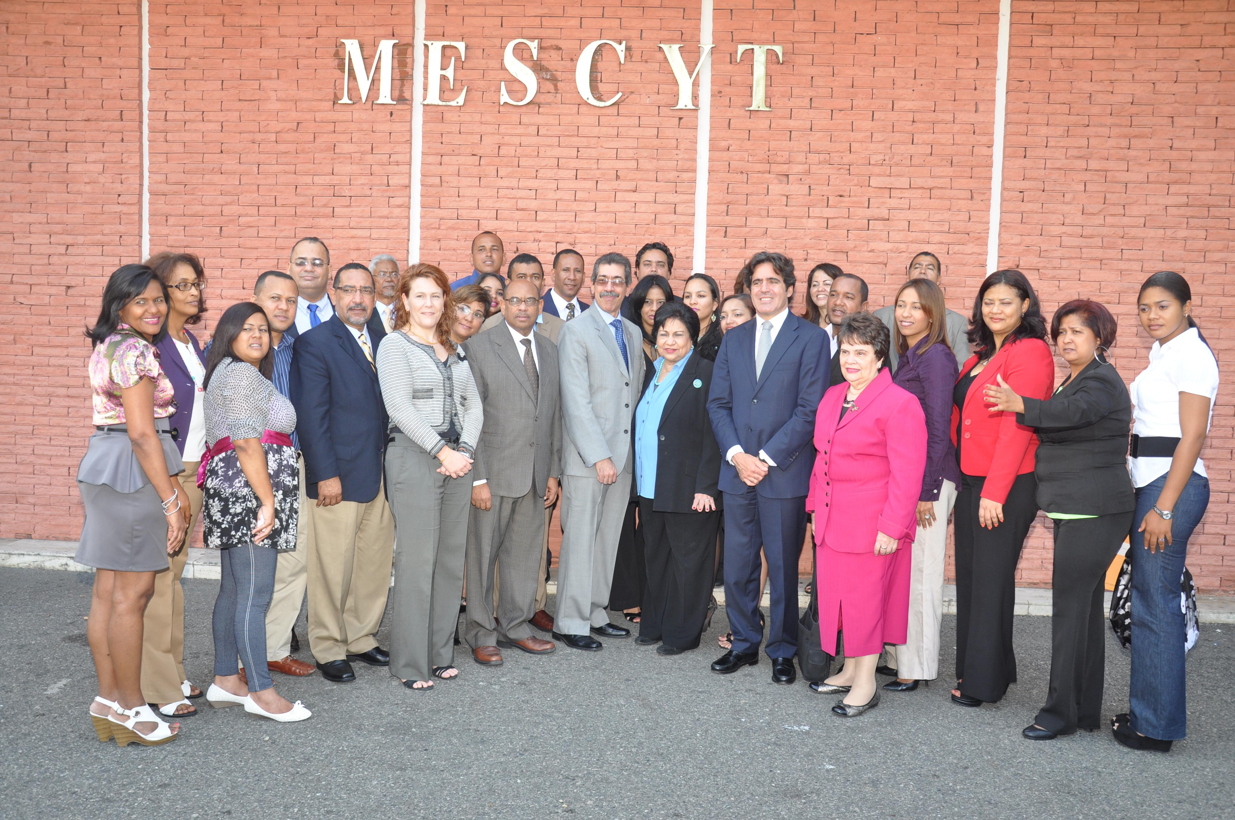 MESCYT gradúa profesores en Master en Hotelería y Restauración